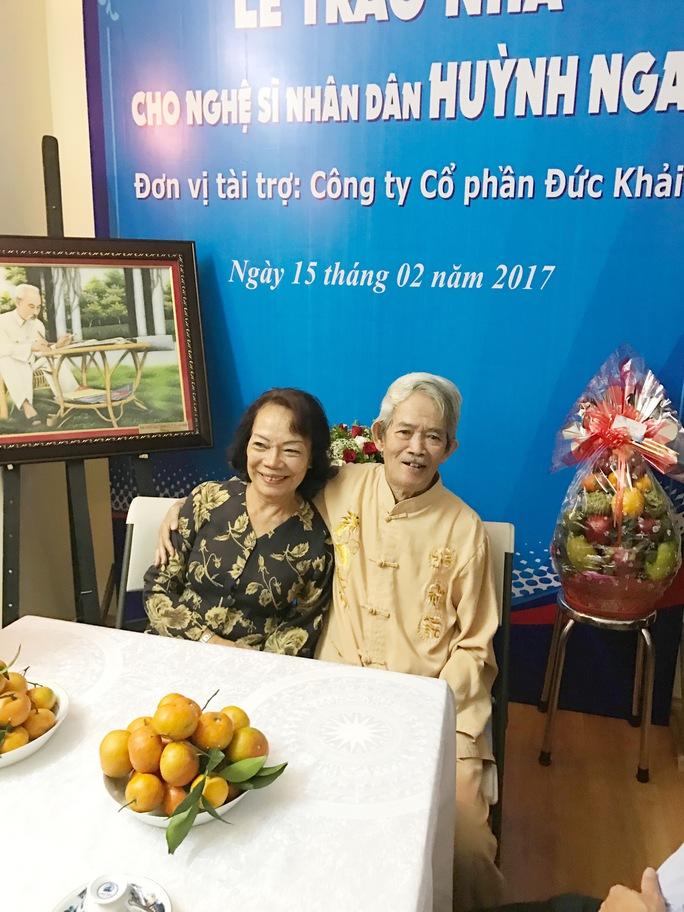 Vợ chồng NSND Huỳnh Nga cười mãn nguyện trong căn hộ mới được nhận