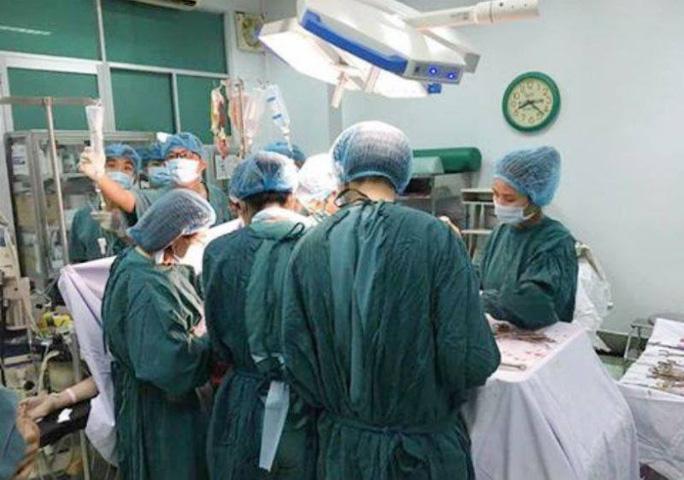 Các bác sĩ đang cứu sản phụ Đ.T.Q.N
