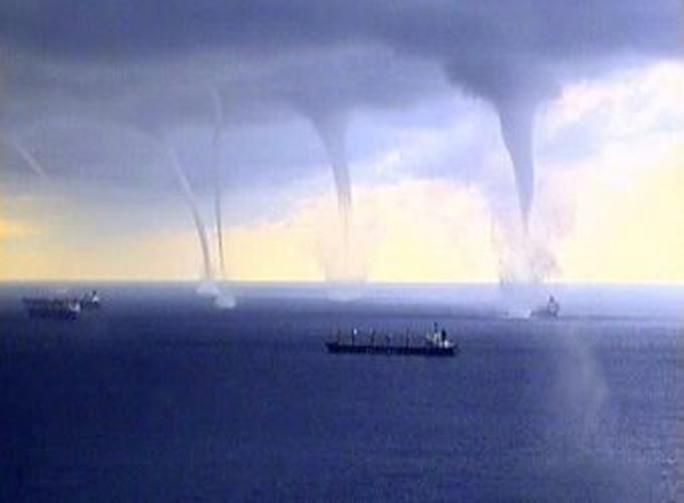 Thót tim cảnh máy bay hạ cánh giữa 3 cơn lốc xoáy - Ảnh 4.