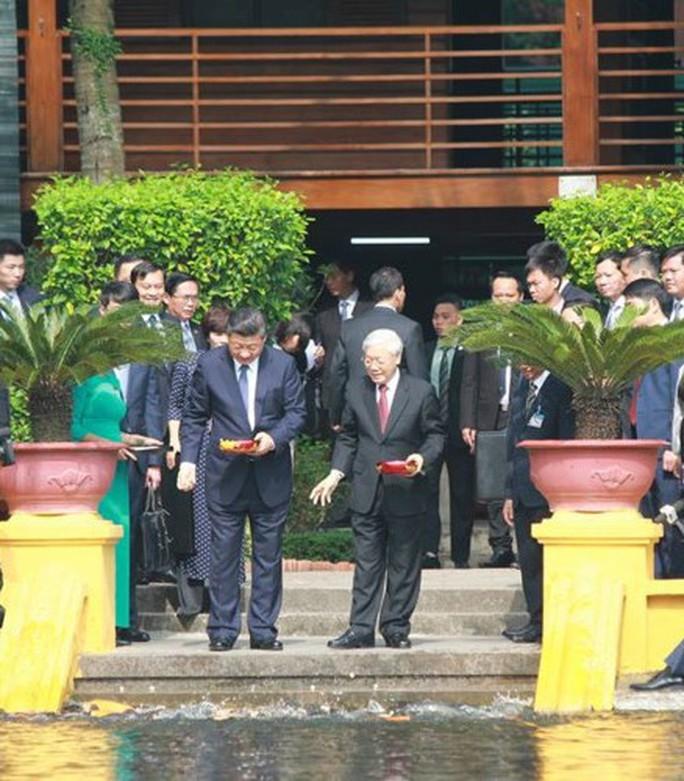 Tổng Bí thư, Chủ tịch Tập Cận Bình cho cá Ao cá Bác Hồ ăn - Ảnh 2.