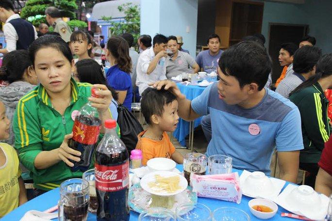 Hai cha con anh Phạm Thắng dự Bữa cơm tất niên do LĐLĐ quận Thủ Đức, TP HCM tổ chức