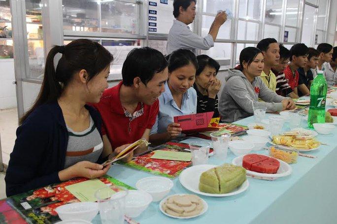 Công nhân Công ty CP Thực phẩm Trung Sơn ăn tiệc do LĐLĐ quận 1, TP HCM tổ chức