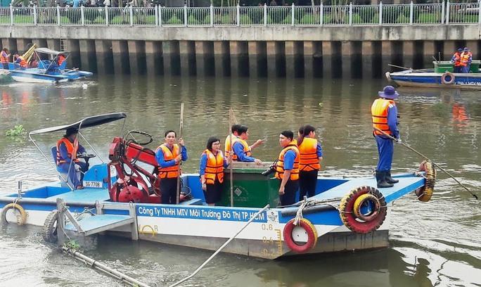 Vớt rác trên kênh Nhiêu Lộc - Thị Nghè sáng 26-2