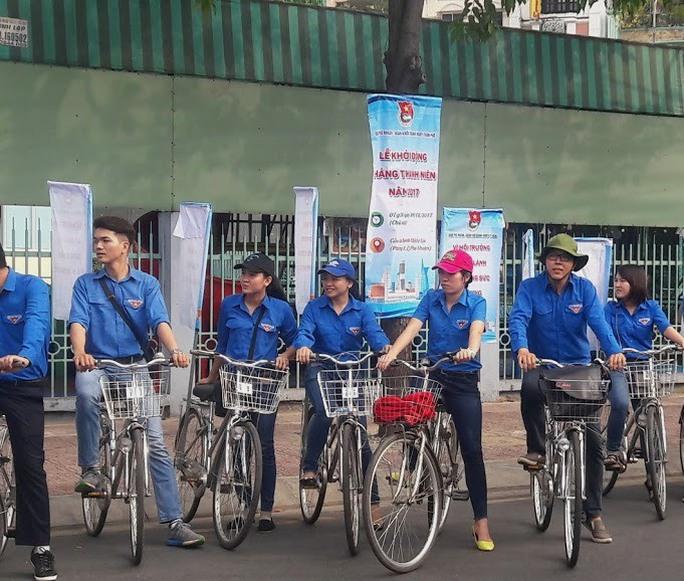 Các đoàn viên tham giia lễ ra quân bảo vệ môi trường trên kênh Nhiêu Lộc - Thị Nghè sáng 26-2