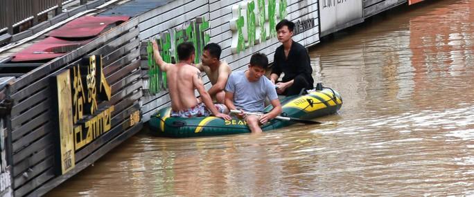 Trung Quốc: Cảnh sát dùng phao đồ chơi cứu dân thoát lũ - Ảnh 3.