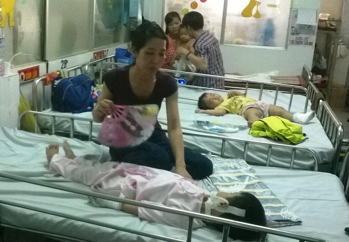 Bé Phước đang được một người bà con chăm sóc tại bệnh viện