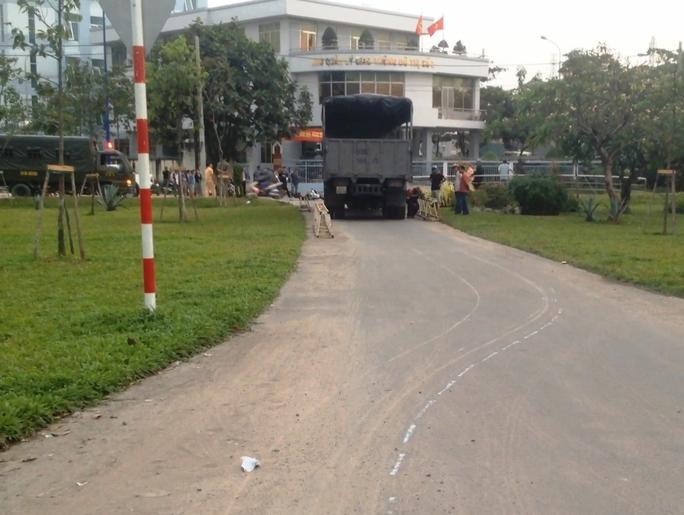 Vết cà từ chiếc xe máy bị lọt gầm còn in lại trên mặt đường