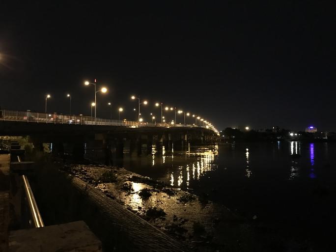 Nhiều giờ lặn tìm nạn nhân nghi rớt sông Sài Gòn  - Ảnh 1.