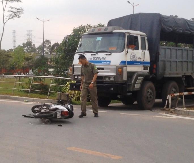 Hiện trường vụ tai nạn chiếc xe tải kéo lê xe máy