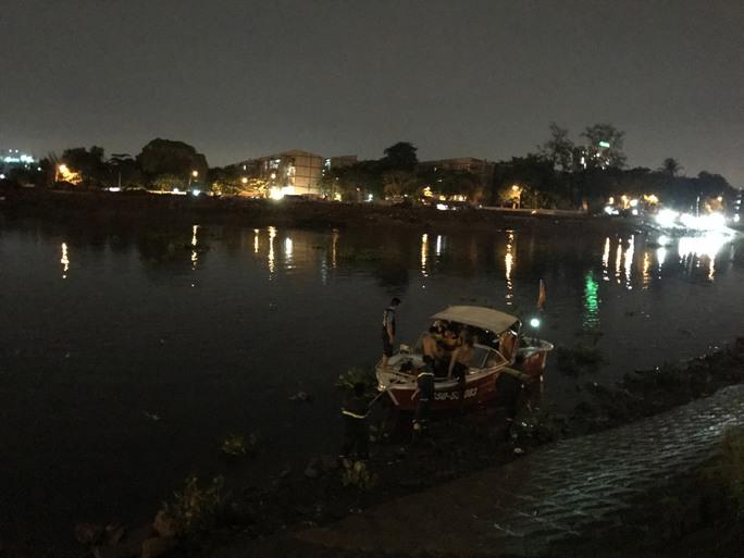 Nhiều giờ lặn tìm nạn nhân nghi rớt sông Sài Gòn  - Ảnh 2.