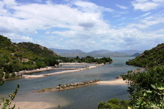 Xã Cam Lập nhìn ra quân cảng Cam Ranh