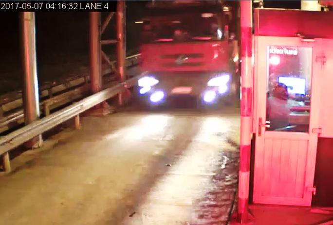 Vụ tai nạn kinh hoàng ở Gia Lai: Xe tải vượt trạm thu phí - Ảnh 1.