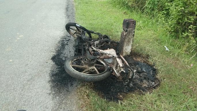 Đổ xăng chạy được 1 đoạn, xe máy bốc cháy dữ dội - Ảnh 1.