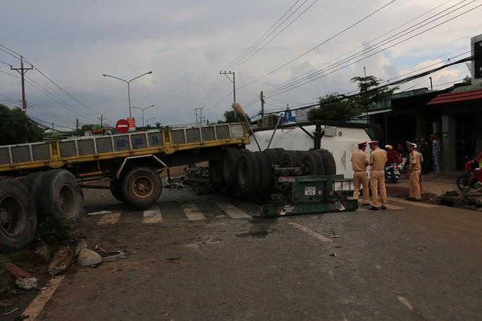 Xe container nổ lốp khi đổ dốc, 2 người nguy kịch - Ảnh 1.