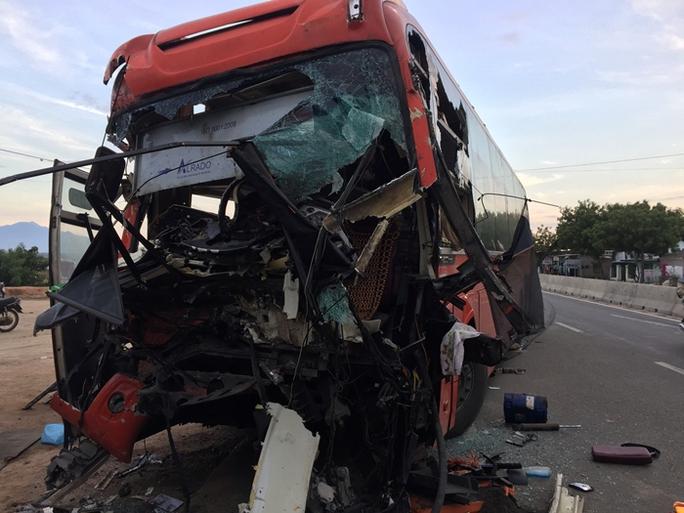 Xe khách tông xe tải, 3 người thương vong - Ảnh 2.
