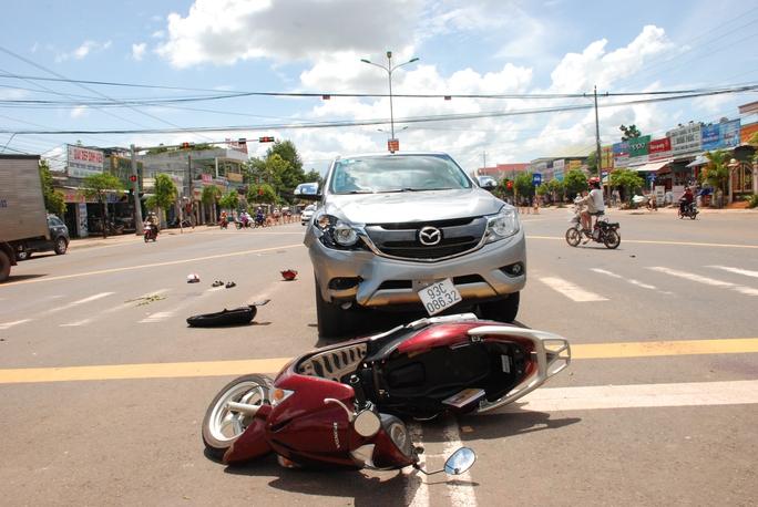 Qua đường bất cẩn, 2 người đi xe máy bị nguy kịch - Ảnh 1.