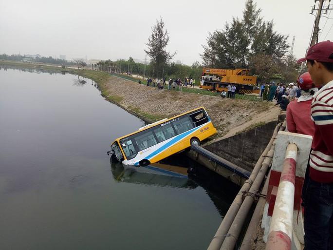 Chiếc xe buýt mất đã lao xuống hồ nước, rất may không có hành khách ở trên