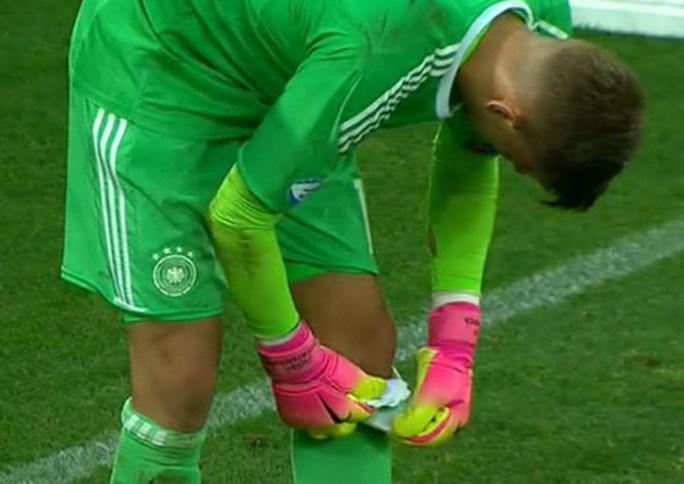 Giấu bí kíp trong vớ, thủ môn U21 Đức loại tuyển Anh ở loạt đá penalty - Ảnh 2.