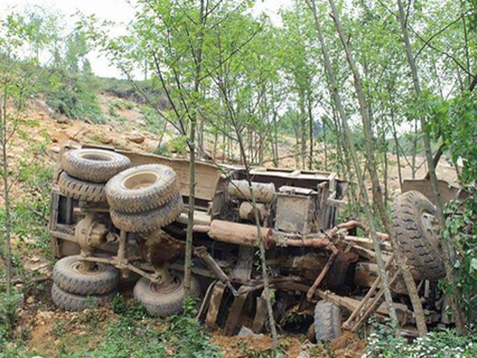 Chiếc xe tải lao xuống vực khiến 4 người tử vong - Ảnh: CTV