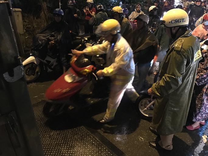 CSGT dầm mưa giúp dân qua đoạn ngập ở Sài Gòn - Ảnh 7.