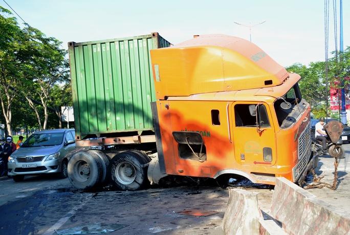 """Kinh hoàng xe container """"cày"""" mặt đường dốc cầu Sài Gòn - Ảnh 1."""
