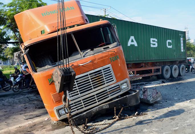 """Kinh hoàng xe container """"cày"""" mặt đường dốc cầu Sài Gòn - Ảnh 2."""
