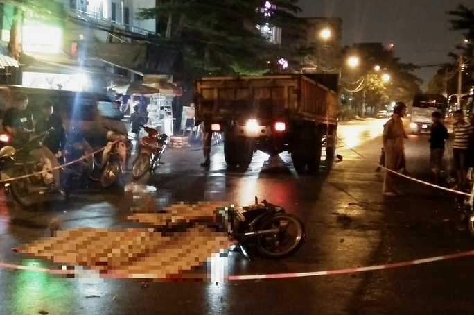 Xe tải tông xe máy, 3 công nhân trẻ tử vong - Ảnh 1.