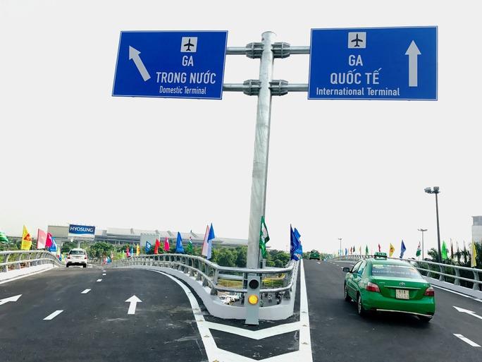 Thông xe cầu vượt ở 2 nút giao cửa ngõ sân bay Tân Sơn Nhất - Ảnh 2.