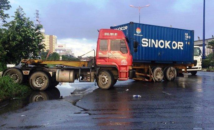 Đường trơn, xe container mất lái, xa lộ Hà Nội kẹt cứng - Ảnh 1.