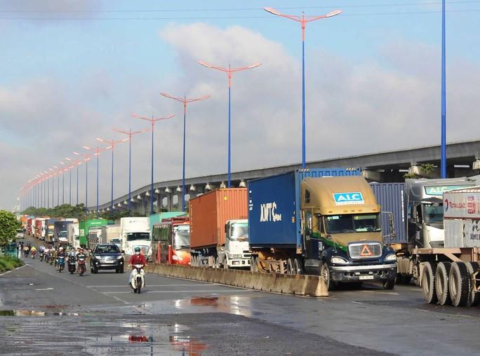 Đường trơn, xe container mất lái, xa lộ Hà Nội kẹt cứng - Ảnh 2.
