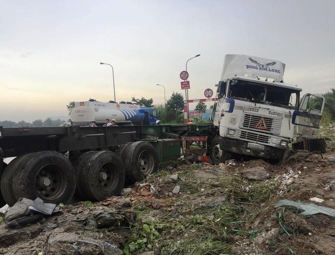 Tai nạn nghiêm trọng ở dốc cầu Phú Mỹ, 2 người tử vong - Ảnh 3.