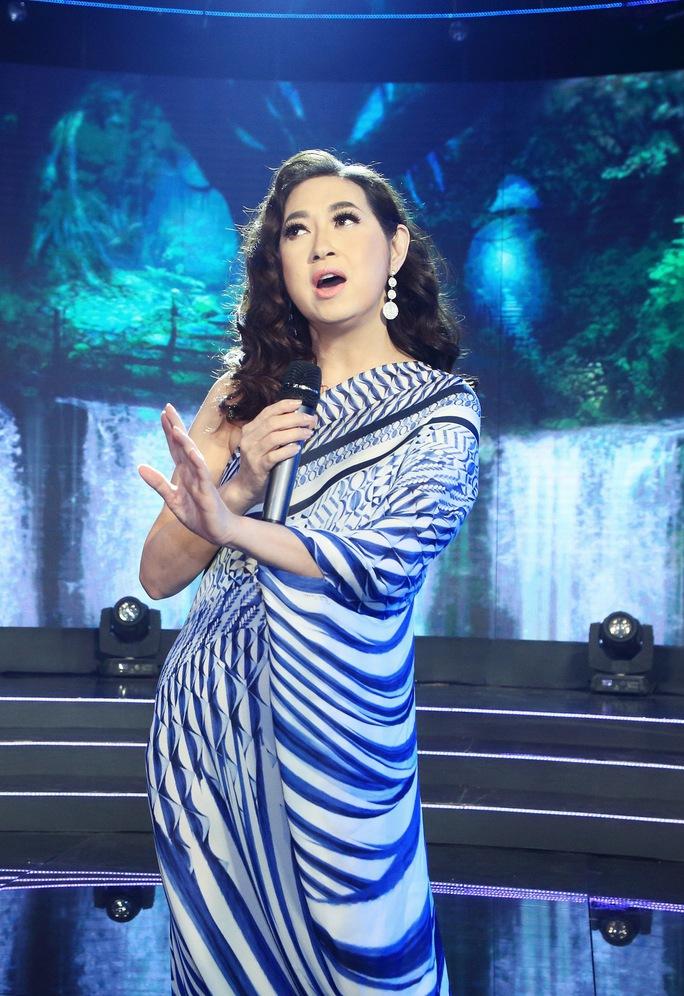 Ca sĩ Ý Lan đẹp lộng lẫy trong chiếc váy dài khi biểu diễn trên sân khấu  Hãy nghe tôi hát