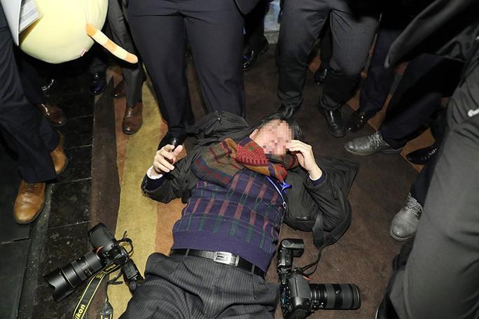 Nhân viên an ninh Trung Quốc đánh đập phóng viên Hàn Quốc - Ảnh 1.