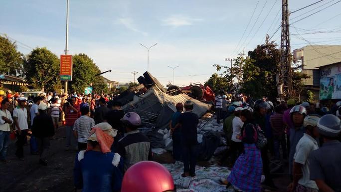 Tai nạn kinh hoàng ở Gia Lai, ít nhất 10 người chết - Ảnh 1.