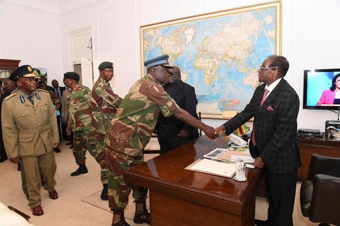 Ông Mugabe gặp các tướng quân đội. Ảnh: AP