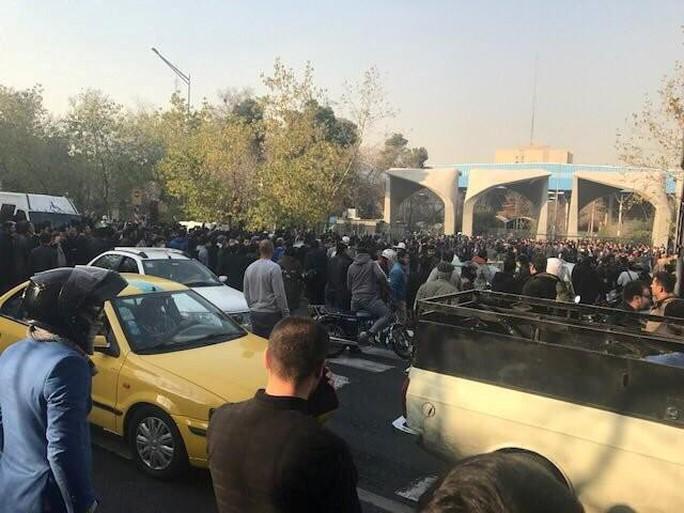 Biểu tình bạo lực ở Iran, hơn 10 người thiệt mạng - Ảnh 4.