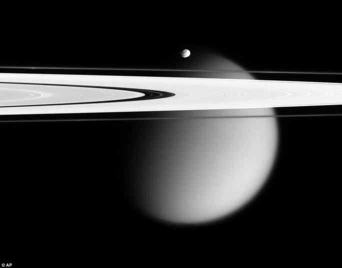 Ngắm hoàng hôn sương mù trên mặt trăng Sao Thổ - Ảnh 3.