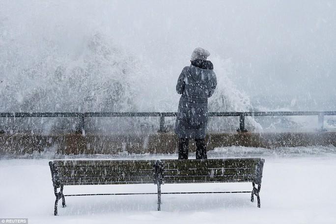 Nước Mỹ trong mờ mịt mưa tuyết - Ảnh 4.