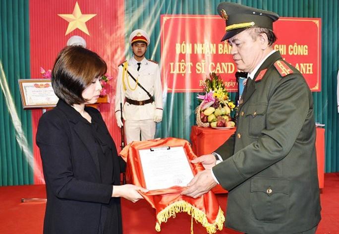 """Trao bằng của Thủ tướng cho Trung tá CSGT hi sinh khi truy bắt """"cát tặc"""" - Ảnh 1."""