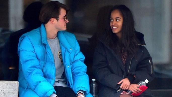 Con gái ông Obama hẹn hò trên đường phố New York - Ảnh 1.