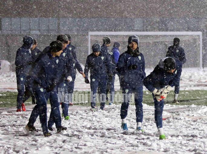 U23 Uzbekistan cực khoẻ, tập bất chấp mưa tuyết - Ảnh 1.
