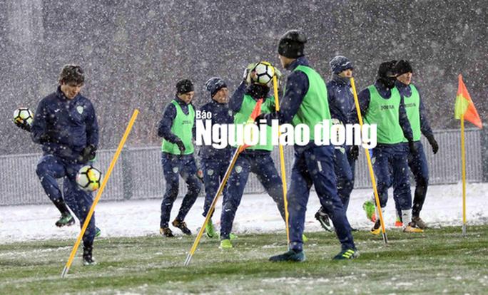 U23 Uzbekistan cực khoẻ, tập bất chấp mưa tuyết - Ảnh 2.