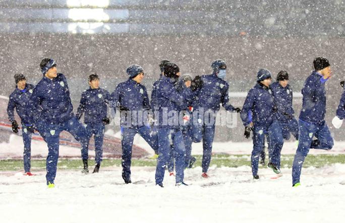 U23 Uzbekistan cực khoẻ, tập bất chấp mưa tuyết - Ảnh 3.