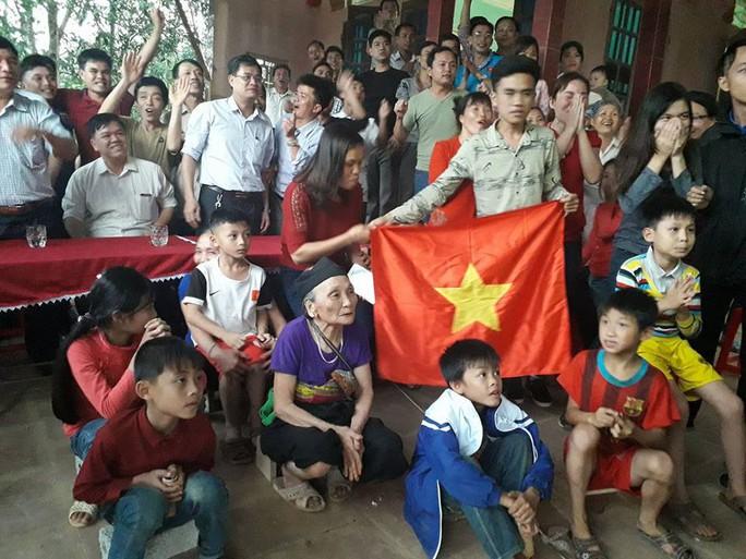Cha mẹ Tiến Dũng, Quang Hải nén lòng hủy chuyến đi Trung Quốc - Ảnh 2.