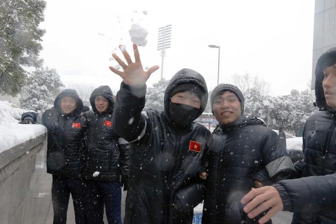 Trước đại chiến Uzbekistan, U23 Việt Nam háo hức nghịch tuyết - Ảnh 2.