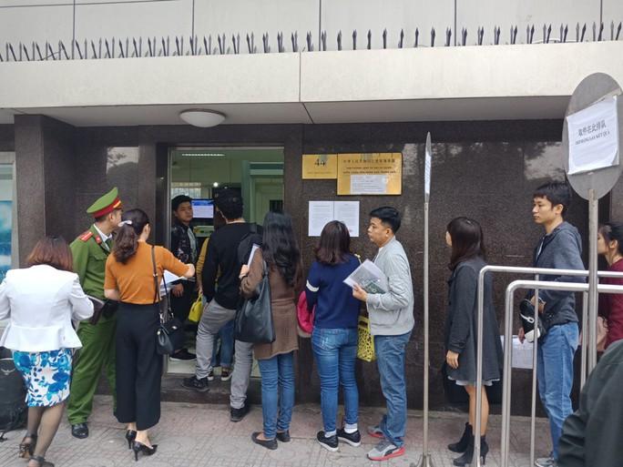 Người dân ùn ùn đến xin visa đi Trung Quốc cổ vũ U23 Việt Nam - Ảnh 2.