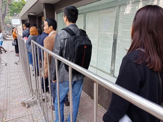 Người dân ùn ùn đến xin visa đi Trung Quốc cổ vũ U23 Việt Nam - Ảnh 3.