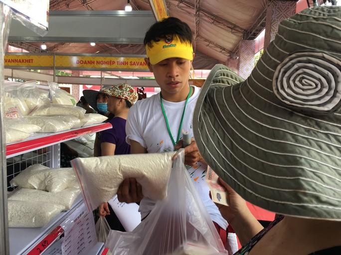 Người dân Sài Gòn mê mẩn gạo nếp Lào - Ảnh 3.