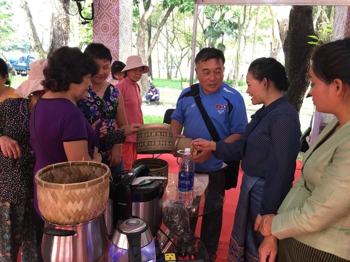 Người dân Sài Gòn mê mẩn gạo nếp Lào - Ảnh 4.