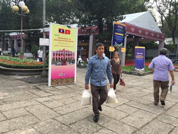 Người dân Sài Gòn mê mẩn gạo nếp Lào - Ảnh 5.